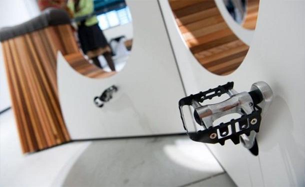 Caricare-il-cellulare-pedalano-nell'aereoporto-di-Amsterdam-2