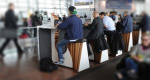 Caricare-il-cellulare-pedalano-nell'aereoporto-di-Amsterdam